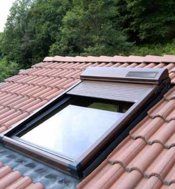 Volet solaire atix pour fen tre de toit type velux ou roto for Prix volet solaire velux